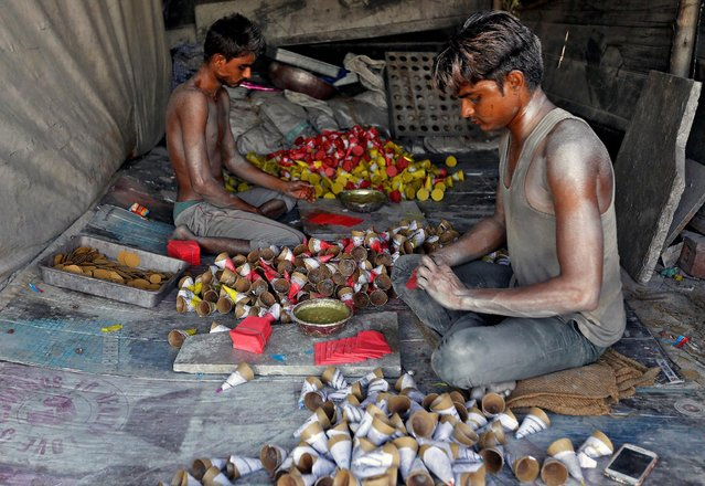 Workers make firecrackers at a factory ahead of Diwali, the Hindu festival of lights, on the outskirts of Ahmedabad, India October 21, 2016. (Photo by Amit Dave/Reuters)