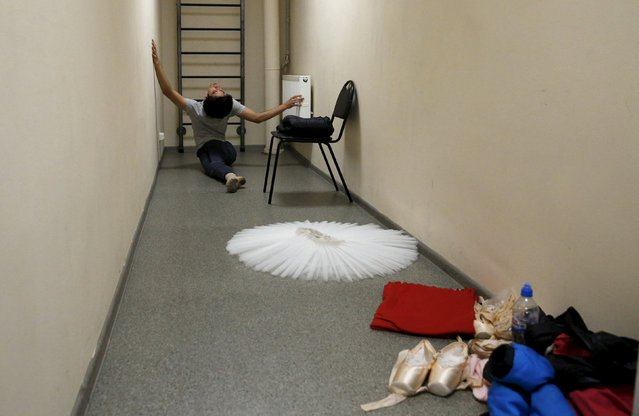 Ballet dancer Mario Labrador stretches in a corridor at the Mikhailovsky Theatre in St. Petersburg, Russia November 19, 2015. (Photo by Grigory Dukor/Reuters)