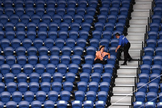 A security offer inquires from a lone spectator at the Rod Laver Arena during the men's singles match between Russia's Daniil Medvedev and Serbia's Filip Krajinovic on day six of the Australian Open tennis tournament in Melbourne on February 13, 2021. (Photo by David Gray/AFP Photo/Profimedia)