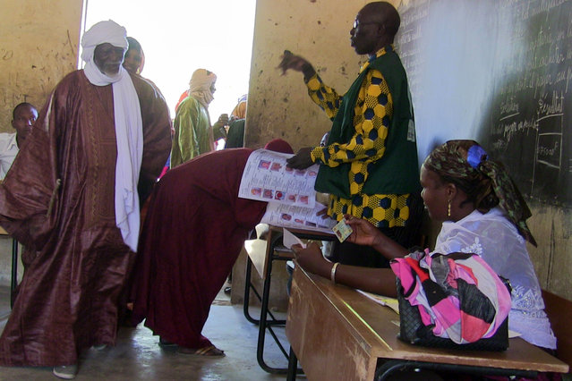 Malians arrive to cast their votes at a polling station in Gao during municipal elections on November 20, 2016. Mali is holding its first elections since 2013, the year international forces came in to tackle a rebel surge which threatened to split the country in two. (Photo by AFP Photo/Stringer)