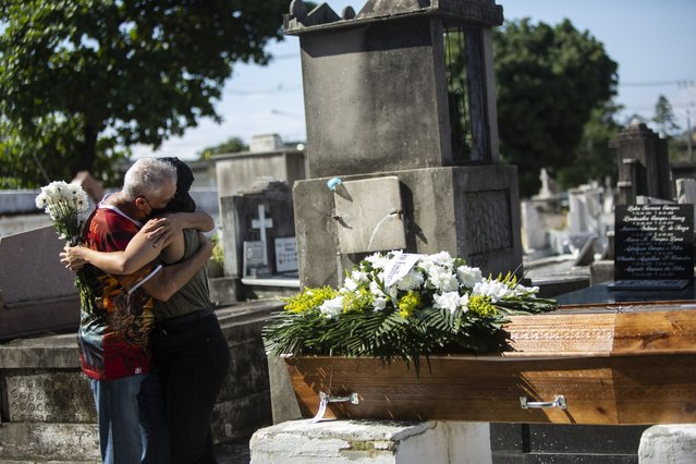Relatives grieve during the burial service for Monica Cristina, 49, who died from complications related to COVID-19, at the Inahuma cemetery in Rio de Janeiro, Brazil, Wednesday, April 28, 2021. Some 2,400 people have died every day over the past week, triple the amount in the U.S. (Photo by Bruna Prado/AP Photo)