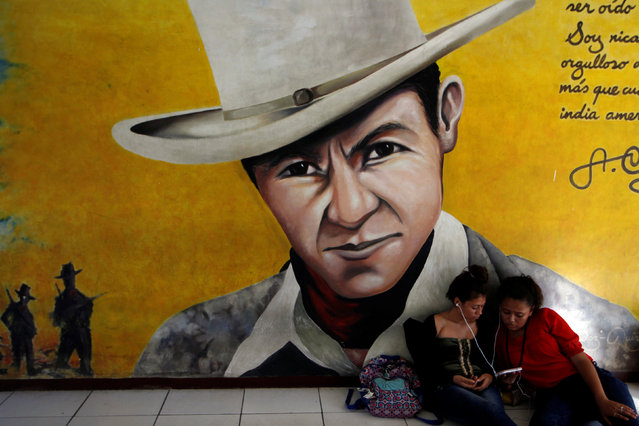 University students listen to music in front of a mural of revolutionary leader Augusto Cesar Sandino at the National Autonomous University of Managua (UNAN) in Managua, Nicaragua, November 4, 2016. (Photo by Oswaldo Rivas/Reuters)