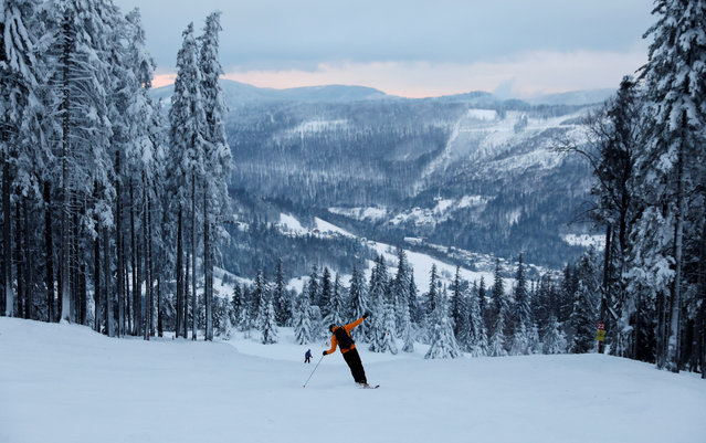 A skier skis from Skrzyczne mountain on a winter day in Szczyrk, Poland January 9, 2019. (Photo by Kacper Pempel/Reuters)