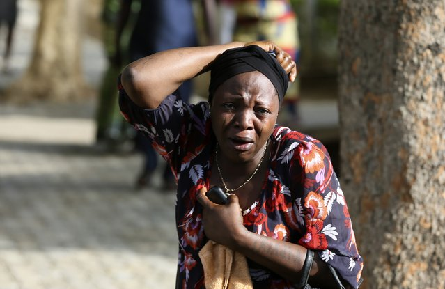 Bystanders react as victims of a bomb blast arrive at the Asokoro General Hospital in Abuja April 14, 2014. (Photo by Afolabi Sotunde/Reuters)
