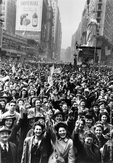 8th May 1945:  Crowds celebrate VE day in Times Square, New York