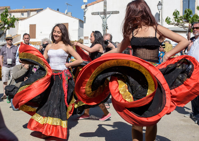 Young Gypsy girls of the Romanies people from Bratislava (Slovakia) dance in front of church on May 24, 2016 in Staintes Maries de la Mere near Arles, France. (Photo by Thomas Lohnes/Getty Images)