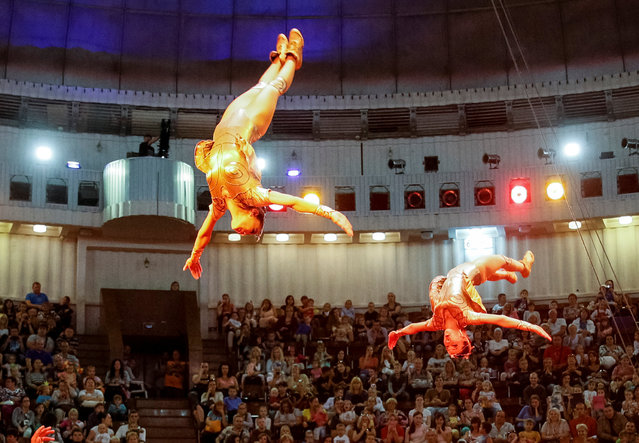 """Acrobats perform during the presentation of the new show """"The extreme arena"""" at the National Circus in Kiev, Ukraine, September 15, 2016. (Photo by Gleb Garanich/Reuters)"""