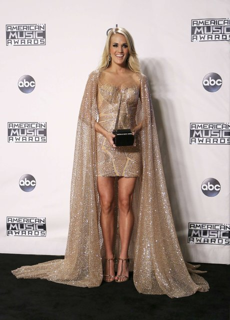 Singer Carrie Underwood poses backstage with her award for Favorite Country Female Artist during the 2015 American Music Awards in Los Angeles, California November 22, 2015. (Photo by David McNew/Reuters)