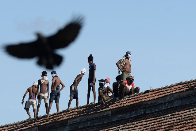 Inmates stage a protest on the roof of the Welikada prison in Sri Lanka's capital Colombo November 18, 2020 to demand their early released from custody to avoid contracting the Covid-19 coronavirus. (Photo by Lakruwan Wanniarachchi/AFP Photo)