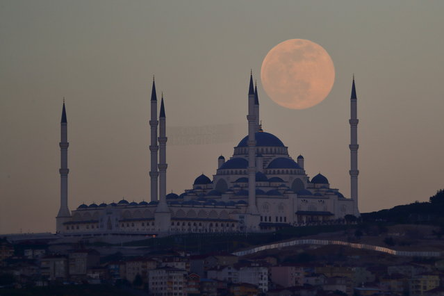 The full moon, also known as the Supermoon, rises above the Camlica Mosque in Istanbul, Turkey, April 26, 2021. (Photo by Murad Sezer/Reuters)
