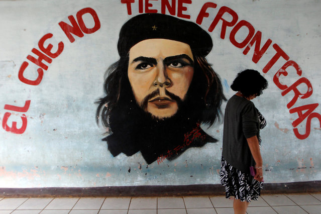 "A woman walks past a mural of late revolutionary hero Ernesto ""Che"" Guevara at the National Autonomous University of Managua (UNAN) in Managua, Nicaragua, November 4, 2016. (Photo by Oswaldo Rivas/Reuters)"