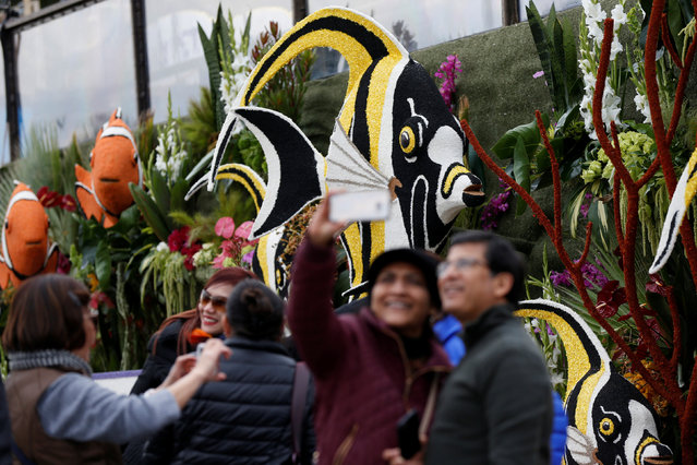 "People pose by ""Lucy Pet's Gnarly Crankin' K-9 Wave Maker"" float which was featured in the 128th annual Rose Parade is pictured in Pasadena, California U.S., January 3, 2017. (Photo by Mario Anzuoni/Reuters)"
