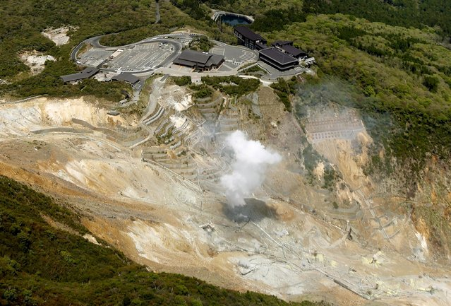 Owakudani valley, a popular tourist spot on Mt. Hakone, is seen in Hakone, Kanagawa prefecture, in this photo taken by Kyodo May 6, 2015. Japanese authorities raised the volcanic alert for Mt. Hakone, southwest of Tokyo, on Wednesday morning, anticipating a possible small eruption that could impact the nearby Owakudani hot spring district and calling on people to stay away from potentially dangerous areas, Kyodo reported. (Photo by Reuters/Kyodo News)