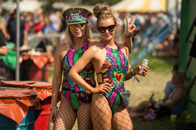 Festival-goers pose for a photograph as they enjoy the fine weather on the third day of the Glastonbury Festival of Music and Performing Arts on Worthy Farm near the village of Pilton in Somerset, South West England, on June 28, 2019. (Photo by Oli Scarff/AFP Photo)