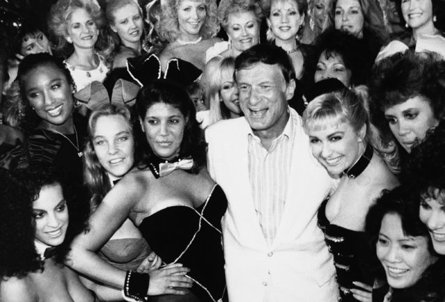 Hugh Hefner, center, poses with a group of current and former Playboy bunnies at the Playboy Club, Tuesday, June 25, 1986, Los Angeles, Calif. The famed clubs owned by the Playboy Corporation will be closing their doors on Monday, June 30. A few franchised clubs in the U.S. and abroad will remain open. The bunnies are unidentified. (Photo by AP Photo)