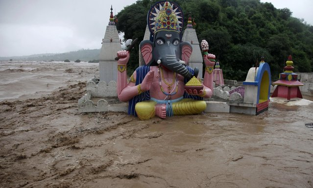 Floodwaters engulf temples in Jammu, India, Saturday, September 6, 2014. Heavy monsoon rains have caused flash floods and landslides that left more than 100 people dead in the disputed Himalayan region of Kashmir and in eastern Pakistan, officials said Friday. (Photo by Channi Anand/AP Photo)
