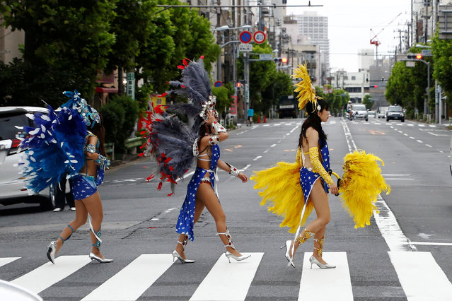 Samba dancers cross the street as they prepare to perform during the annual Asakusa Samba Carnival in Tokyo, Japan  August 27, 2016. (Photo by Kim Kyung-Hoon/Reuters)