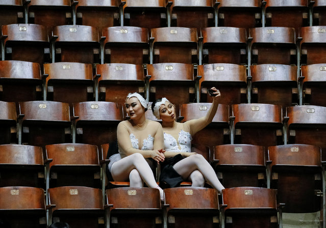 """Acrobats relax before the presentation of the new show """"The extreme arena"""" at the National Circus in Kiev, Ukraine, September 15, 2016. (Photo by Gleb Garanich/Reuters)"""