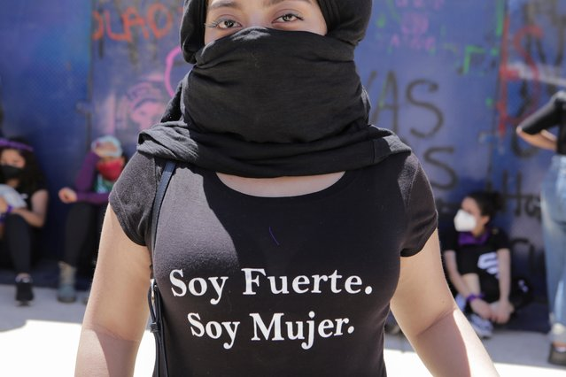 """A woman wears a t-shirt reading """"I am strong, I am a woman"""" as she takes part in a protest in support of Victoria Salazar, a Salvadoran woman who died after a Mexican female police officer was seen in a video kneeling on her back, in Mexico City, Mexico on April 2, 2021. Salazar's tragic death echoes the case of George Floyd, an African American man who died in May as a Minneapolis police officer knelt on his neck, sparking global protests against police brutality. Salazar, 36, was a mum of two from El Salvador who was living in Mexico as a humanitarian refugee. (Photo by Raquel Cunha/Reuters)"""