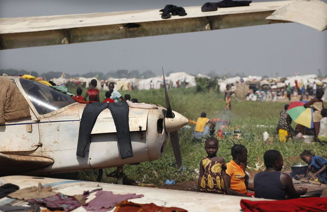 Displaced refugees camp at an airport in Bangui December 15, 2013. (Photo by Emmanuel Braun/Reuters)