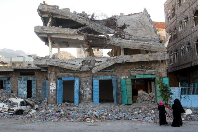 Women look at a building destroyed during recent fighting in Yemen's southwestern city of Taiz March 14, 2016. (Photo by Anees Mahyoub/Reuters)