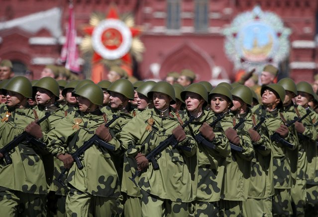 Russian servicemen dressed in historical uniform march during the Victory Day parade at Red Square in Moscow, Russia, May 9, 2015. (Photo by Sergei Karpukhin/Reuters)