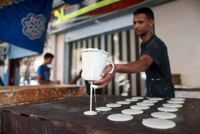 A man makes traditional sweets in a market during the holy month of Ramadan, in Benghazi, Libya  June 28, 2015. (Photo by Esam Omran Al-Fetori/Reuters)
