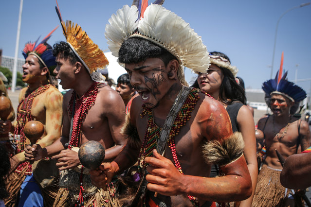 Indigenous people protest at the Esplanade of the Ministries in Brasilia, on October 16, 2019. Indigenous leaders from 26 tribes of the Pataxo and Tupinamba ethnic groups are in Brasilia to demand the regularization of territories and for a series of actions and meetings with the government and society representatives. (Photo by Andre Coelho/AFP Photo)