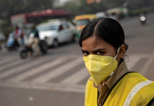 A policewoman wears a mask to protect herself from air pollution a on a smoggy morning in New Delhi, November 4, 2019. Authorities in India's capital New Delhi banished from the roads cars with number plates ending in an odd number on Monday in a bid to cut hazardous air pollution shrouding the city. (Photo by Danish Siddiqui/Reuters)