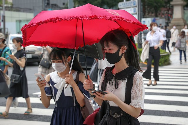 Pedestrians, many wearing protective masks, cross the road in Harajuku district on August 28, 2020 in Tokyo, Japan. Japan has so far 66,481 infections, 1,254 death and 53,482 recoveries from the virus, which includes the numbers of cases on the Diamond Princess cruise ship. (Photo by Takashi Aoyama/Getty Images)