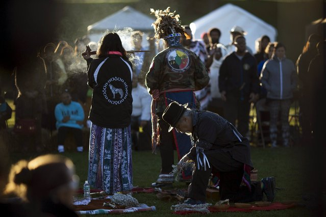 "Revellers take part in an Indigenous Sunrise Ceremony during a ""pow-wow"" celebrating the Indigenous Peoples Day Festival in Randalls Island, New York, October 12, 2015. (Photo by Eduardo Munoz/Reuters)"