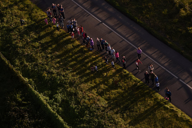 People stop by the side of a road to watch the Irish hot air ballooning championships above them in Galway, Ireland September 26, 2016. (Photo by Clodagh Kilcoyne/Reuters)