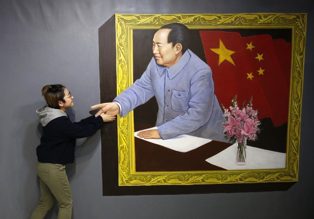 A visitor poses for a photograph in front of a 3D painting depicting China's late Chairman Mao Zedong at a 3D art gallery in Beijing January 16, 2015. (Photo by Kim Kyung-Hoon/Reuters)