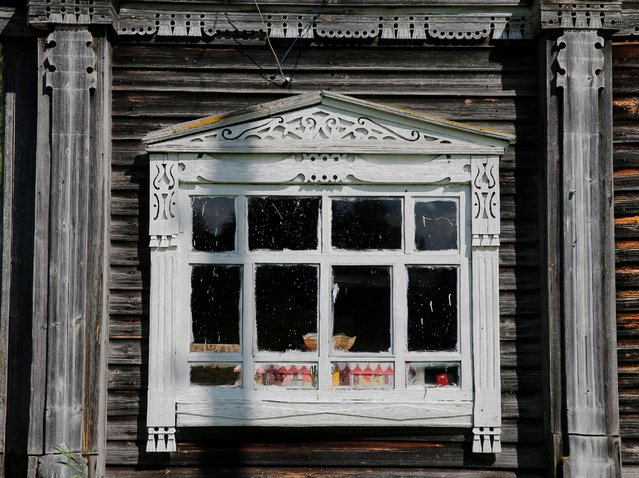 A view of part of the facade of a house in the village of Krasava, Arkhangelsk region, Russia, July 12, 2016. (Photo by Maxim Shemetov/Reuters)