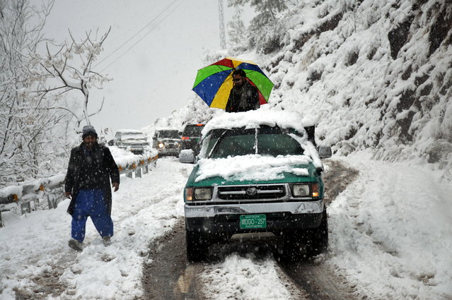 Tourists walk during snowfall in Pirchinasi, in Pakistani administered Kashmir, Pakistan, 05 January 2019. Reports state that many cities in Pakistan are experiencing unusual cold weather conditions during which regular daytime temperatures fall around five degree Celsius in wide parts of the country. (Photo by Amiruddin Mughal/EPA/EFE)