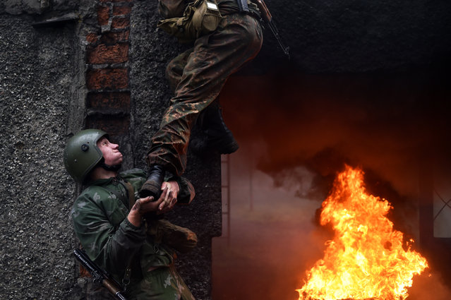 """Belarus Interior Ministry troops soldiers take part in the qualifying examinations for the """"Madder Beret"""" headdress in the village of Volovshchina, some 30 km west of Minsk, on October 23, 2018. (Photo by Sergei Gapon/AFP Photo)"""