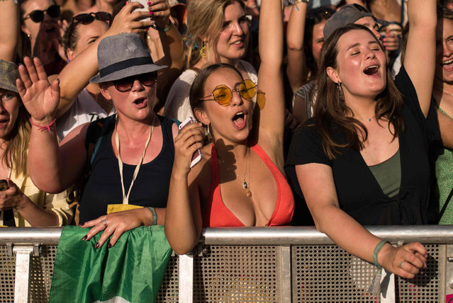 Festival-goers watch Ms. Lauryn Hill on the Pyramid Stage in the evening sunshine on the third day of the Glastonbury Festival of Music and Performing Arts on Worthy Farm near the village of Pilton in Somerset, South West England, on June 28, 2019. (Photo by Oli Scarff/AFP Photo)