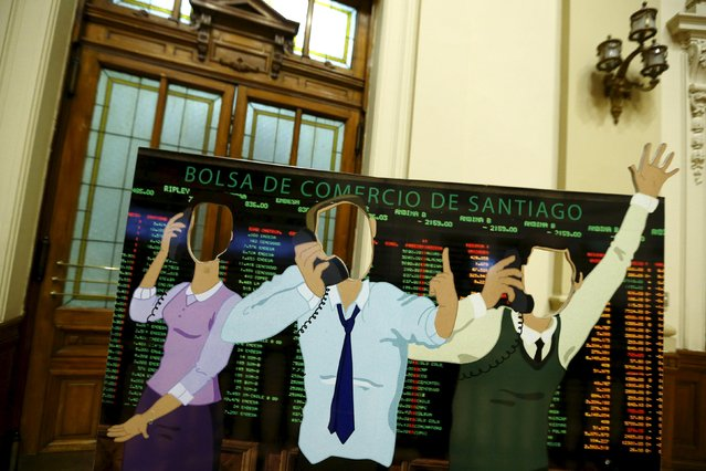 A cut-out depicting stock market traders is seen inside Santiago's stock exchange, Chile, September 1, 2015. (Photo by Ivan Alvarado/Reuters)