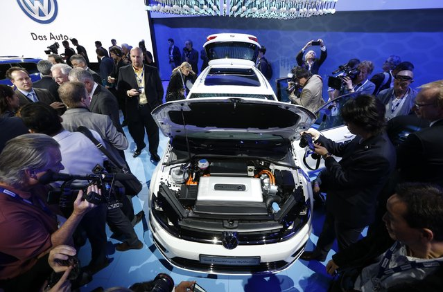 The media look over the Golf Sportwagen Hymotion fuel cell concept car at the Los Angeles Auto Show in California, November 19, 2014. (Photo by Mario Anzuoni/Reuters)