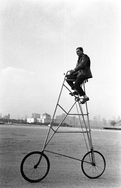 Riding a preposterous bicycle, Chicago, 1948. (Photo by Wallace Kirkland/Time & Life Pictures)