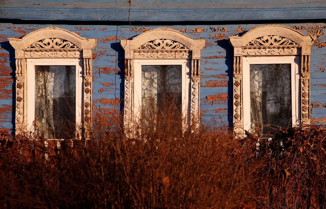 A view of part of a facade of a house in the village of Debolovskoye, Yaroslavl region, Russia, October 24, 2016. (Photo by Maxim Shemetov/Reuters)