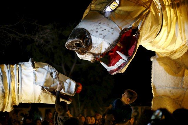 "Members of street theater company Sarruga perform ""Arktika"" during the ""Santiago a Mil"" International Theatre Festival in Santiago, Chile, January 12, 2016. (Photo by Ivan Alvarado/Reuters)"