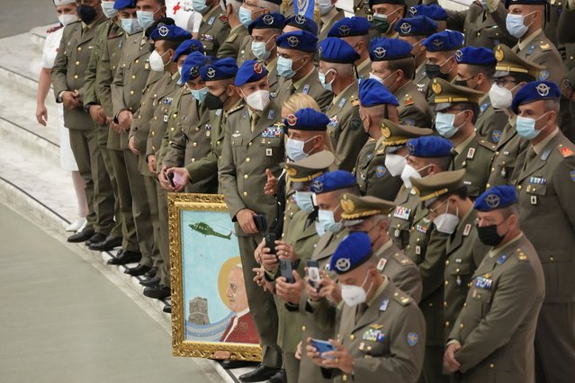 A group of Italian army officers line up to have a group photo taken with Pope Francis at the end of his weekly general audience in the Pope Paul VI hall at the Vatican, Wednesday, October 6, 2021. (Photo by Alessandra Tarantino/AP Photo)