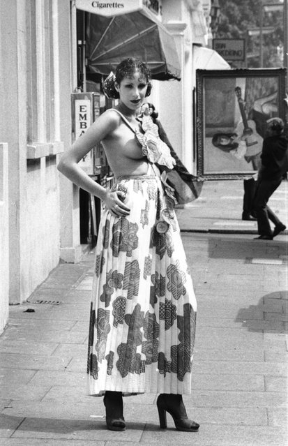 A model wearing a maxi-skirt designed by Zandra Rhodes Fashion. 6th July 1971 (Photo by Evening Standard)
