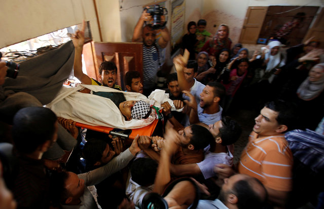 Mourners carry the body of Abdel-Rahman Al-Dabbagh, an 18-year-old Palestinian who was killed on Friday during a rock-throwing protest near the Gaza-Israel border, during his funeral in central Gaza Strip September 10, 2016. (Photo by Suhaib Salem/Reuters)