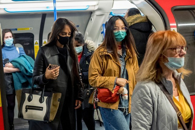 Commuters wear face-masks during morning rush hour on the Victoria Line of the London Underground in central London on October 16, 2020, as the number of novel coronavirus COVID-19 cases. Roughly half of England is now under tougher coronavirus restrictions, after the government on Thursday announced more stringent measures for London and seven other areas to try to cut surging numbers of cases. (Photo by Tolga Akmen/AFP Photo)