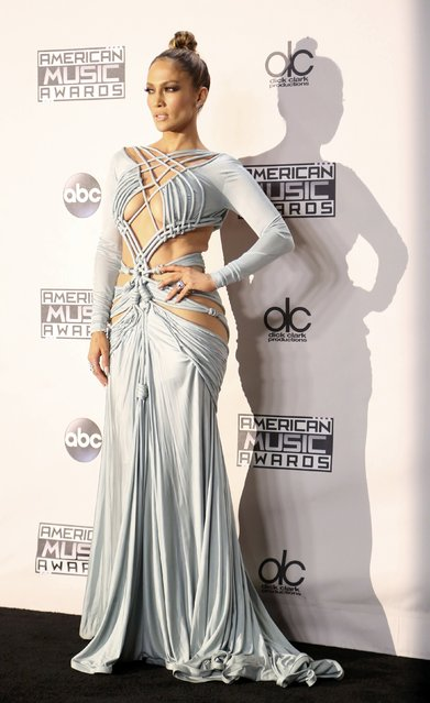 Show host Jennifer Lopez poses backstage during the 2015 American Music Awards in Los Angeles, California November 22, 2015. (Photo by David McNew/Reuters)