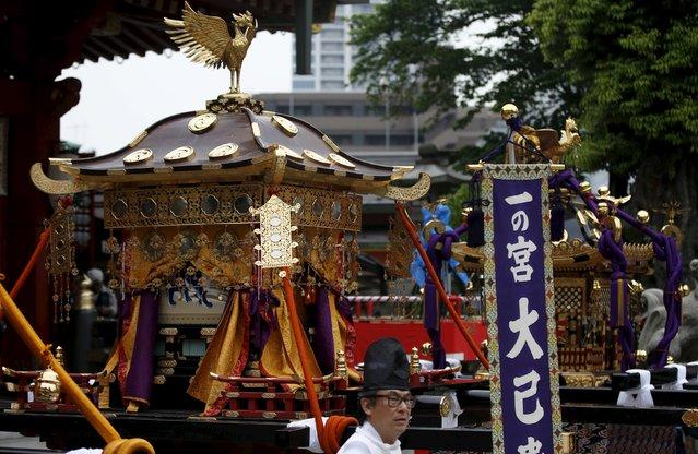 A Shinto priest walks past Horens, portable shrines, during a ritual for the Kanda festival at the Kanda-Myojin shrine in Tokyo May 9, 2015. (Photo by Toru Hanai/Reuters)