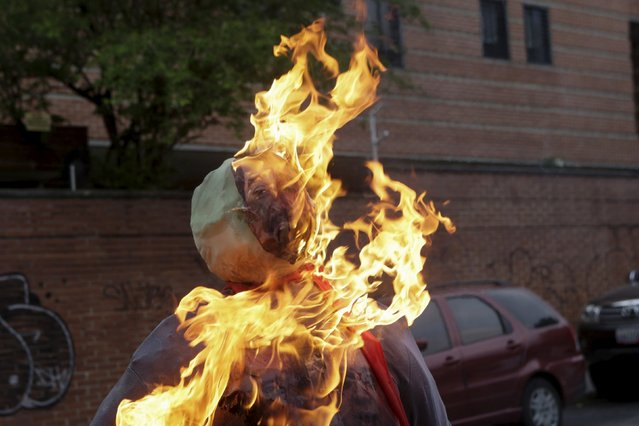 """An effigy depicting Venezuela's President Nicolas Maduro is set alight during the traditional """"Burning of the Judas"""" as part of Easter celebrations in Caracas, March 27, 2016. (Photo by Marco Bello/Reuters)"""