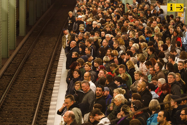 Passengers crowd the platform as they wait for the subway train retracted U5 line at the station Alexanderplatz during a four-day strike by the GDL train drivers labor union on November 6, 2014 in Berlin, Germany. (Photo by Carsten Koall/Getty Images)